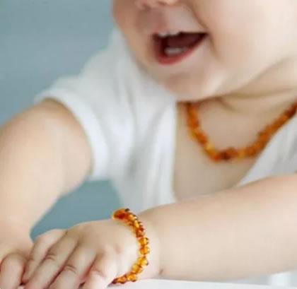colar de âmbar para bebê